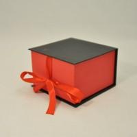 Коробка табакерка 12*12*7,5 см черно-красная матовая на лентах