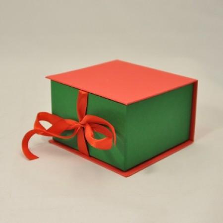 Коробка на cтрічках 11*11*7 см червоно-зелена