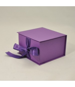 Коробка на стрічках 11*11*7 см  світло - фіолетова (кунжут)